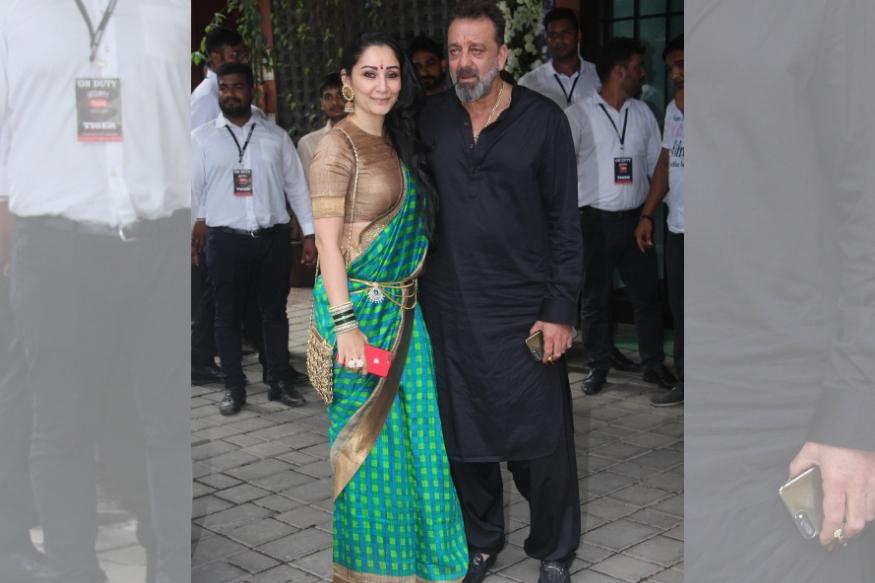 सलमान खान के खास दोस्त संजय दत्त भी गणपति दर्शन के लिए परिवार के साथ उनके घर पहुंचे. संजय के साथ मान्यता दत्त काफी खूबसूरत नजर आ रही थीं. उन्होंने हरे रंग की ट्रेडीशनल ड्रेस पहनी थी.