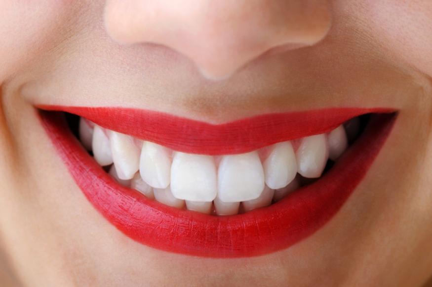 सफेद और मजबूत दांतों के लिए अपनाएं ये 5 आयुर्वेदिक टिप्स