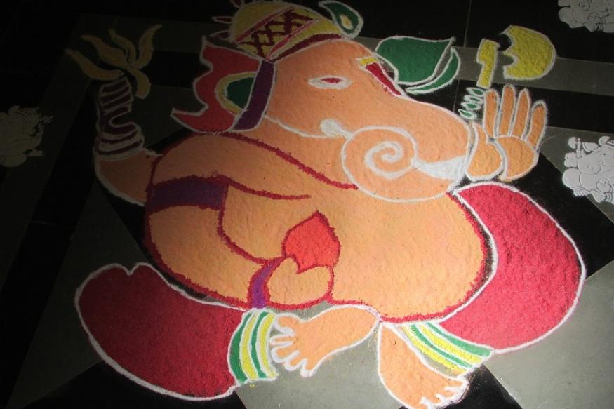 रंगोली- आप चाहें तो पूजन स्थान पर रंगोली बना सकते हैं. उसकी पूजा की जा सकती है पर ध्यान रखिए कि वो नेचुरल कलर्स से ही गणपति बनाएं. विसर्जन के दिन रंग इकठ्ठा कर पानी में विसर्जित कर दें.