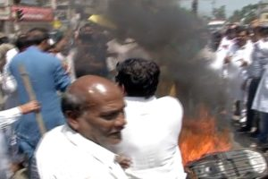 जबलपुर में बंद के दौरान कुछ उग्र तस्वीरें देखने मिलीं. बल्देवबाग चौराहे पर कार्यकर्ताओं ने दो पहिया वाहनों में आग लगा दी. कार्यकर्ताओं ने यहां पेट्रोल पंप में तोड़फोड़ और ट्रेन भी रोकी.
