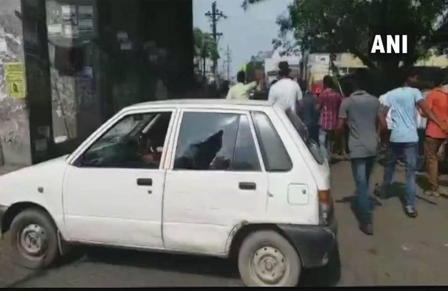 ANI के अनुसरा जन अधिकार पार्टी के कार्यक्रताओं ने विरोध प्रदर्शन के दौरान तोड़फोोड़ की.