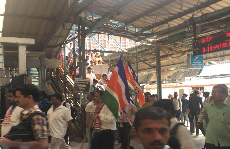 महाराष्ट्र में कांग्रेस के साथ-साथ राज ठाकरे के मनसे ने भी आंदोलन किया. मनसे कार्यकर्ताओं ने कई जगह रेल रोकने की कोशिश की.