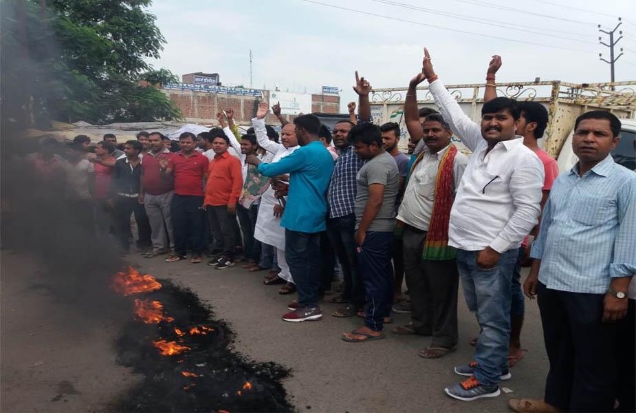 बिहार के मुजफ्फरपुर में भारत बंद के दौरान आंदोलन करते लोग. बिहार में कांग्रेस के भारत बंद को लालू यादव की राष्ट्रीय जनता दल ने समर्थन दिया. यहां राजद और कांग्रेस के अलावा कुछ अन्य विपक्षी दल भी भारत बंद में शामिल हैं.