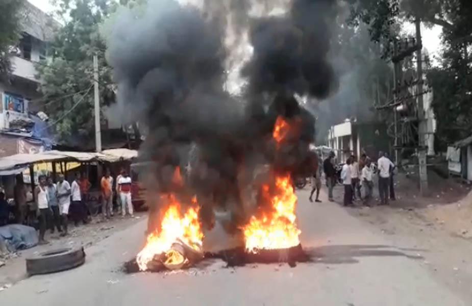 बिहार में भारत बंद के दौरान गाड़ियों के टायर जला कर विरोध किया.