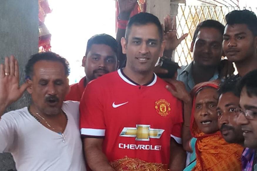 रांची के राजकुमार और क्रिकेटर महेन्द्र सिंह धोनी मंगलवार को एक बार फिर दिवड़ी मां के दर पर पहुंचे और मत्था टेककर मां का आशीर्वाद लिया