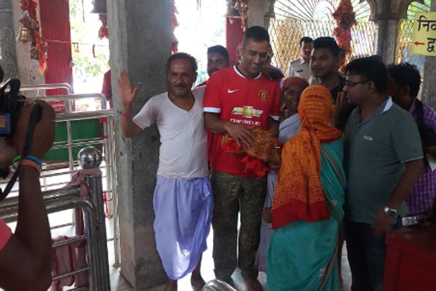 धोनी के साथ उनके दोस्त पिंटू भी थे. मंदिर में धोनी के अाने की खबर सुनते ही उनके प्रशंसकों का हुजूम उमड़ पड़ा.