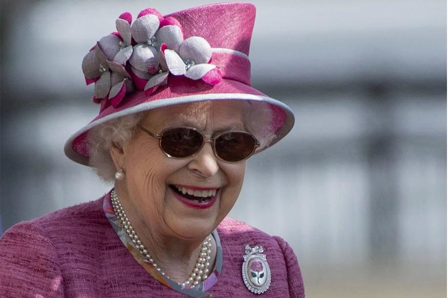 ब्रिटेन की महारानी एलिजाबेथ के घर जॉब करने का सुनहरा मौका है. यहां केवल आपको सैलरी ही नहीं दी जाएगी बल्कि आपको पेंशन भी मिलेगी. ये भर्ती महारानी के बकिंगम पैलेस और दूसरे महलों जैसे बालमोरल, हॉलिरुडहाउस के लिए है.