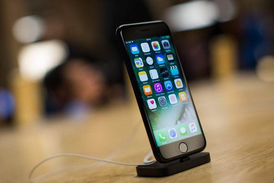 अगर आप एप्पल के iPhone खरीदना चाहते हैं तो आपके लिए एक अच्छी खबर है. Paytm Mall ने iPhone सुपर सेल आयोजित की है. Paytm Mall एप्पल के iPhone खरीदने पर 10,000 रुपये तक के कैशबैक दे रहा है. आप iPhone7 को 40,000 रुपये और iPhone 6S को 30,000 रुपये से कम में खरीद सकते हैं. इन फोन को खरीदने पर Easy EMI और फ्री डिलीवरी की सुविधा भी मिल रही है.