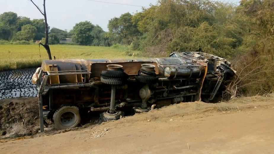 टैंकर के चालक और परिचालकों को बचाने के प्रसाय आए में 7 ग्रामीण भी इस आग में झुलस गए. स्थानीय लोगों ने आग लगने की सूचना दमकल विभाग को दी.