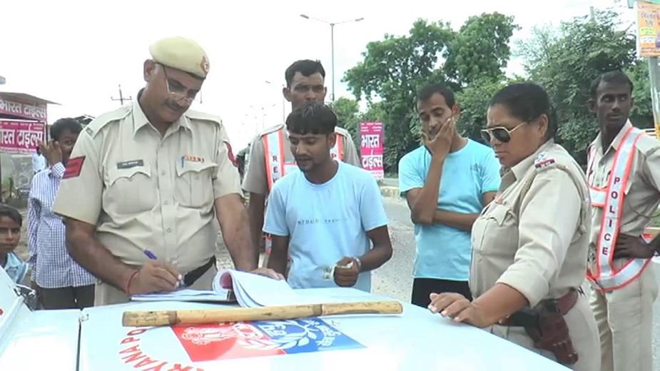 अब एसआई वीना राणा पुलिस के डंडे का इस्तेमाल कर सख्ती से ट्रैफिक नियमों का पालन कराने के लगी हुई हैं. साथ ही वाहनों का चालान भी किया जा रहा है.