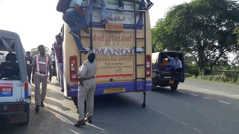 प्राइवेट बस चालक कहते हैं कि यात्री मानते नहीं और छत पर चढ़ जाते हैं, ऐसे में वो करे तो क्या करें.