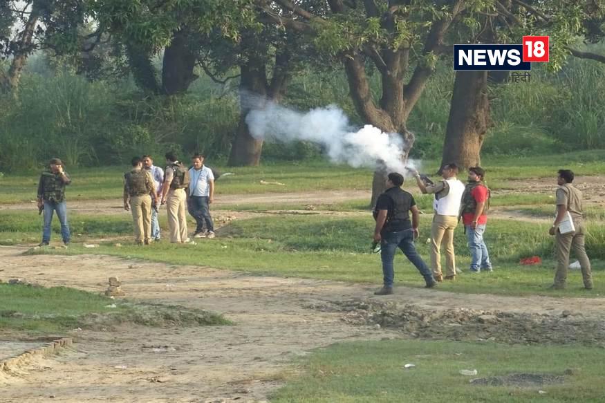 टीयर गैस का गोला दागने वाले ये साहब है अलीगढ़ के एसपी सिटी. लेकिन आंसू गैस का गोला कहीं दूर जाकर गैस छोड़ने के बजाए साहब के पास ही धुंआ-धुंआ हो गया. लेकिन खास बात ये है कि पास में ही खड़े अलीगढ़ के पुलिस कप्तान अजय साहनी कुछ लोगों के साथ खड़े होकर आराम से एनकाउंटर की प्लानिंग बना रहे हैं. बिना इस डर के कि बदमाशों की गोली यहां भी आ सकती है.