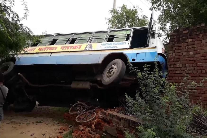 रेवाड़ी में हरियाणा रोडवेज बस सड़क हादसे का शिकार हो गई. गनीमत रही की इस हादसे में किसी को गंभीर चोटे नहीं आई. लेकिन दुर्घटनाग्रस्त हुई बस को देख कर समझा जा सकता है कि एक कितना बड़ा हादसा टल गया.