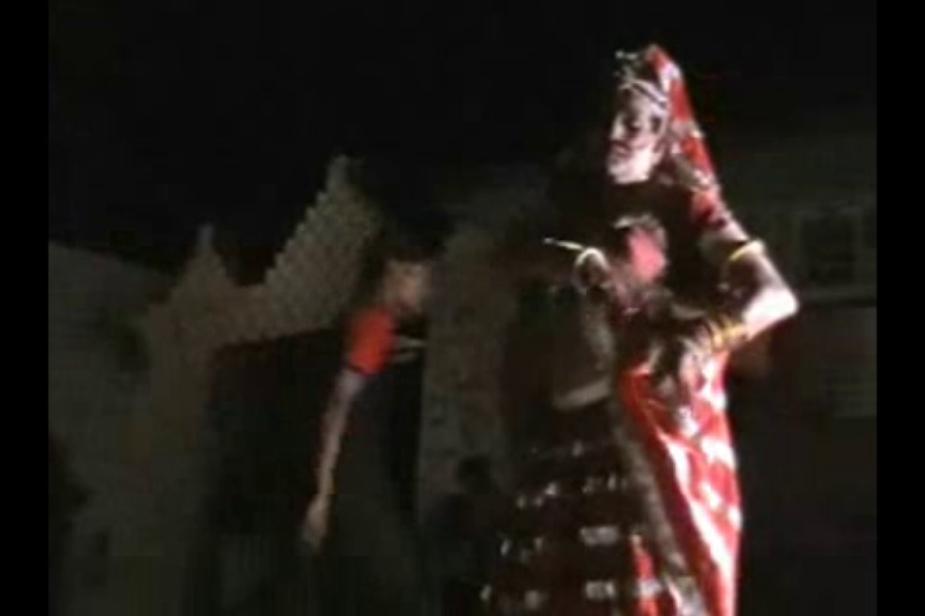 अब हर वर्ष जन्माष्ठमी के मौके पर वह किसी भी मंदिर में जाकर राधा के रूप में नृत्य करते हैं. Photo: News 18