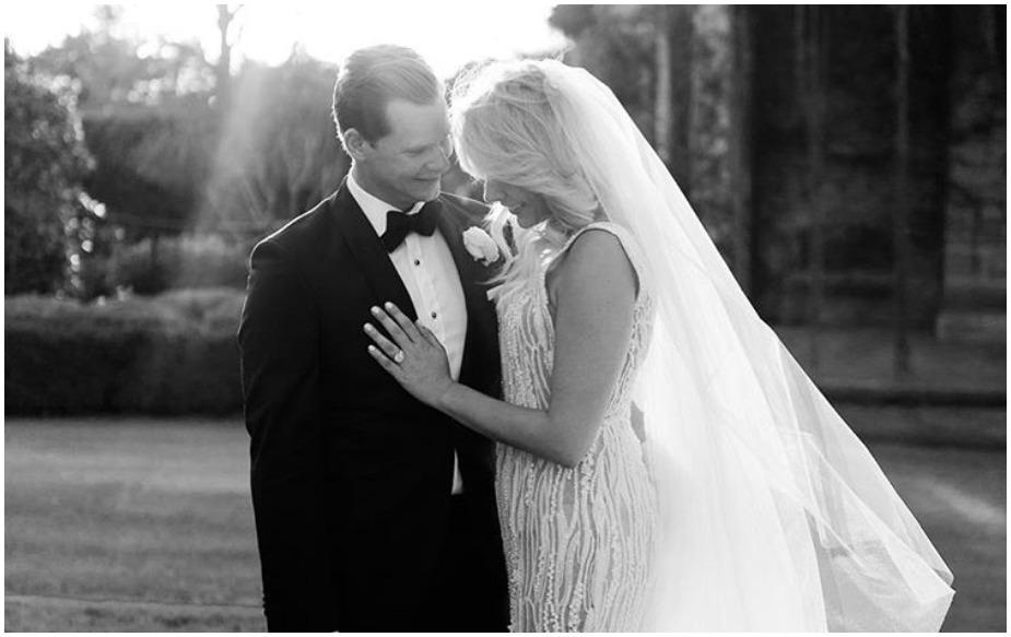 ऑस्ट्रलिया के इस पूर्व कप्तान ने अपनी मंगेतर डैनी विलिस से शनिवार को शादी कर ली. स्मिथ ने अपने इंस्टाग्राम अकाउंट पर एक फोटो शेयर करते हुए लिखा 'आज मैंने अपनी सबसे अच्छी दोस्त से शादी कर ली. आज का दिन काफी शानदार है और डैनी काफी खूबसूरत लग रही हैं.'