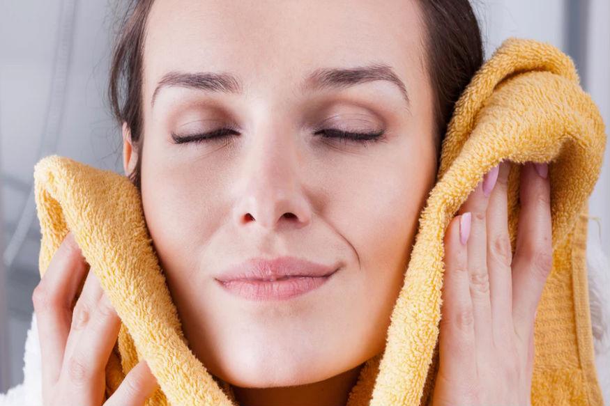कहते हैं अनार खून साफ करता है और शरीर में खून बढ़ाता भी है. जिन लोगों के शरीर में खून की कमी होती है उन्हें अनार का सेवन करना चाहिए. अनार सेहत के साथ त्वचा के लिए काफी फायदेमंद माना जाता है. अगर आप अनार फेस पैक का प्रयोग करते हैं तो इससे तेहरे की रंगत सुधरती है और दाग-धब्बे खत्म होते हैं.