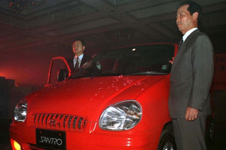 हुंडई (Hyundai) की नई सैंट्रो (Santro) का इंतजार बस खत्म होने वाला है. कंपनी मंगलवार यानी 23 अक्टूबर को भारत में अपनी नई Santro लॉन्च करने जा रही है. हुंडई ने 1998 में अपनी पहली इंडियन कार Santro लॉन्च की थी. भारतीय बाजार में हुंडई की सैंट्रो को शानदार रिस्पॉन्स मिला. उस समय मारुति जेन जैसी कार के दम पर मारुति का मार्केट में दबदबा था. (Image Source: Reuters)