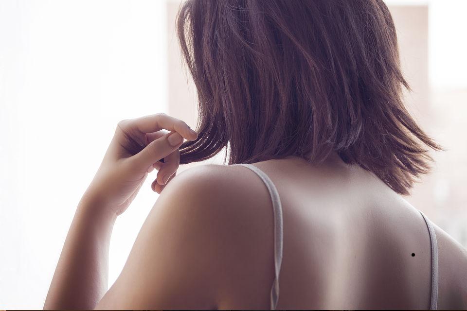 जिस शख्स की पीठ पर तिल पाया जाता है वह व्यक्ति रोमांटिक होने के साथ ही उसके जीवन मे कभी पैसों की कमी नहीं होती है.