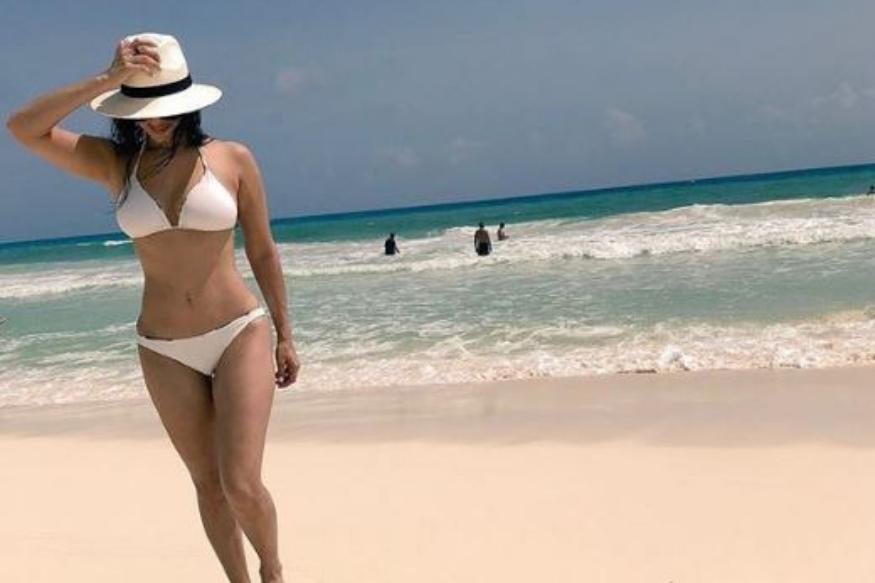 """एक तस्वीर में वह सफेद बिकिनी पहने नजर आ रही हैं. इस तस्वीर के साथ उन्होंनेकैप्शन दिया है- Ya know...just taking a<br />walk...Cancun Mexico! Drop dead gorgeous ocean!"""""""