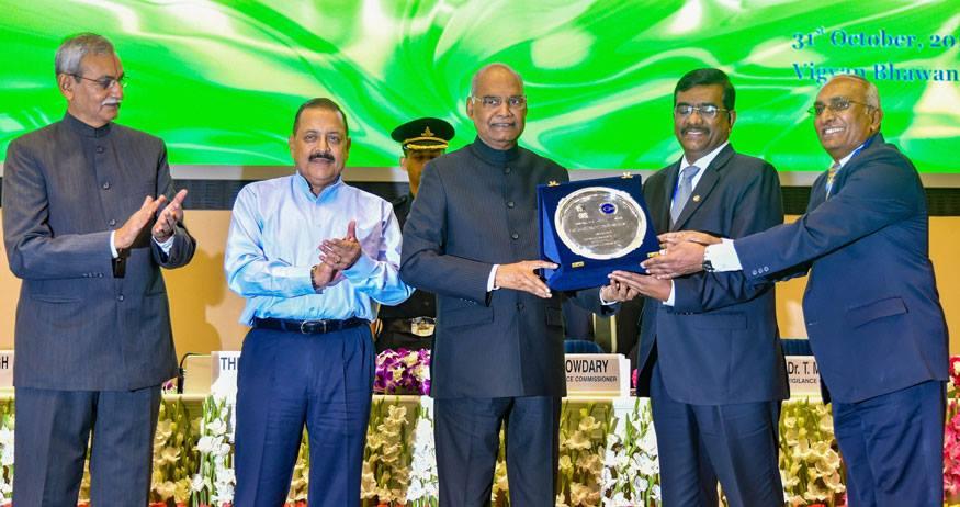 नई दिल्ली: विज्ञान भवन में सतर्कता जागरूकता सप्ताह - 2018 समारोह के दौरान विजिलेंस अवार्ड देते राष्ट्रपति रामनाथ कोविंद. (Image: PTI)