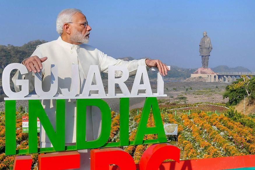 केवड़िया: नर्मदा जिले के केवड़िया कॉलोनी में राष्ट्रीय एकता दिवस के मौके पर वैली ऑफ फ्लॉवर्स' के उद्घाटन के बाद सरदार वल्लभभाई पटेल की 182 मीटर ऊंची मूर्ति देखते प्रधानमंत्री नरेंद्र मोदी. (Image: PIB/PTI)