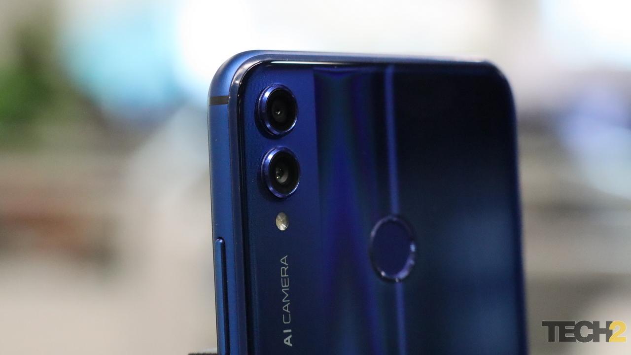 कैमरे की बात करें तो Honor 8X में 20 मेगापिक्सल प्राइमरी और 2 मेगापिक्सल सेकेंडरी कैमरा दिया गया है. सेल्फी और विडियो के लिए अपर्चर f/2.0 के साथ 16 मेगापिक्सल फ्रंट कैमरा दिया गया है. यूज़र्स को फोन में पोर्ट्रेट मोड, सुपर नाइट सीन और एचडीआर के अलावा पोर्ट्रेट मोड जैसे फीचर्स दिए गए हैं. पावर के लिए फोन में 3750mAh बैटरी दी गई है. Photo: tech2/Kshitij Pujari
