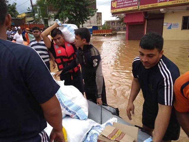 मुख्यमंत्री नवीन पटनायक ने नदी के टूटे तटबंधों की तुरंत मरम्मत पर जोर दिया और जिला कलक्टरों से राहत शिविरों में रह रहे लोगों को पका भोजन मुहैया कराने को कहा.