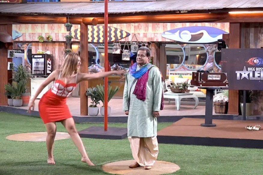 भारती ने सबसे पहले नेहा को पोल डांस करने को कहा. उनका पोल डांस खास था लेकिन वो बात नहीं लगी. क्योंकि जैसे ही जसलीन और अनूप दी को पोल डांस के लिए बुलाया गया सब नेहा को भूल गए.इस परफॉर्मेंस में भारती की शर्त थी कि अनूप पोल बनेंगे और जसलीन डांस करेंगी.