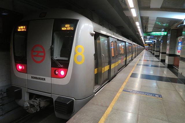 मेट्रो में पहले चढ़ने की होड़ में मेट्रो स्टेशन की पीली लाइन से आगे खड़े हो जाते हैं. कभी सोचा यह कितना खतरनाक है? भीड़ में से कहीं आपको धक्का लग गया तो आप सीधे मेट्रो के आगे गिर सकते हैं.