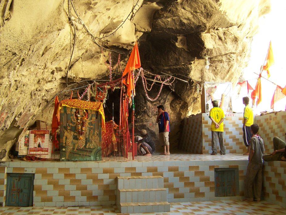यह मंदिर पाकिस्तान के बलूचिस्तान में हिंगोल नदी के तट पर चंद्रकूप पर्वत पर बसा यह मंदिर बहुत सिद्ध माना जाता है. यहां जाने का रास्ता बहुत मुश्किल है लेकिन भक्त और श्रद्धालु साल भर इस मंदिर में आते हैं. नवरात्रों के दौरान यहां मेला लगता है जहां हजारों की संख्या में हिंदू और मुसलमान आते हैं.