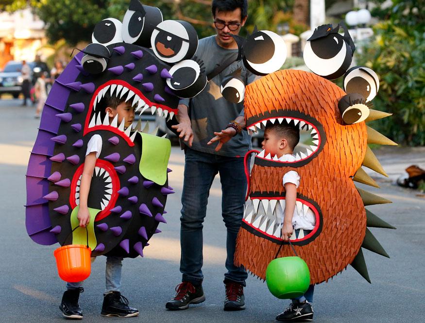 मनीला: हेलोवीन फेस्टिवल के मौके पर फिलीपींस में मॉनस्टर की तरह तैयार होकर 'Trick or Treat' के लिए कैंडी और मिठाईयां इकट्टठा करने निकले बच्चे. (Image: AP)