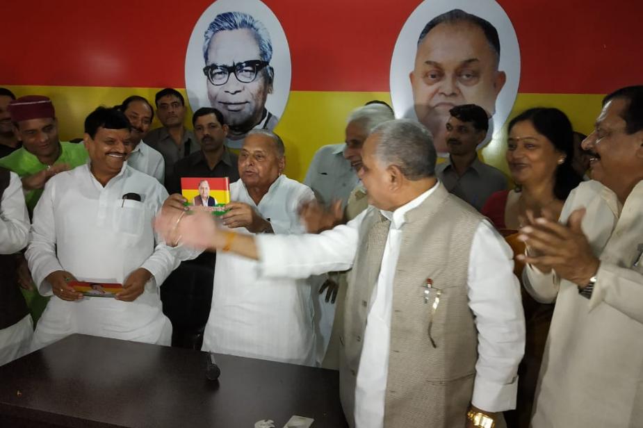 इस मौके पर शिवपाल यादव ने मुलायम सिंह यादव को पार्टी का झंडा सौंपा. मुलायम ने प्रगतिशील समाजवादी पार्टी लोहिया का स्वीकार किया. मंच पर मुलायम सिंह यादव व शिवपाल यादव के साथ प्रगतिशील समाजवादी पार्टी के कई कार्यकर्ता मौजूद रहे.