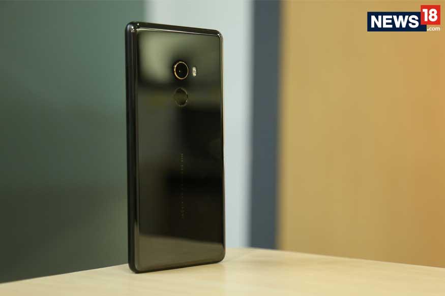 Xiaomi Mi Mix 2 पर 7000 रूपए की छूट दी जा रही है, जिसके बाद अब ये फोन को 22,990 रूपए की कीमत के साथ खरीदा जा सकता है. बता दें कि यही ऑफर फ्लिपकार्ट पर बिग बिलियन डेज सेल में भी दिया जा रहा है.