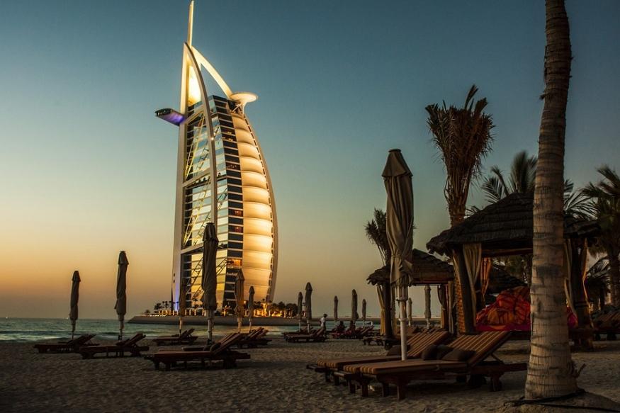दुनिया के सबसे खूबसूरत देशों में से एक है दुबई. बुर्ज खलीफा, डेजर्ट सफारी, सोने का बाजार, धाओ क्रूज, मिरेकल गार्डन, डांसिंग फाउंटेन शो और न जाने कितनी ऐसी जगह है जो अपनी खूबसूरती से आपको हैरान कर देंगे. दुबई घूमने के लिए सबसे पसंदीदा देशों में से एक हैं.