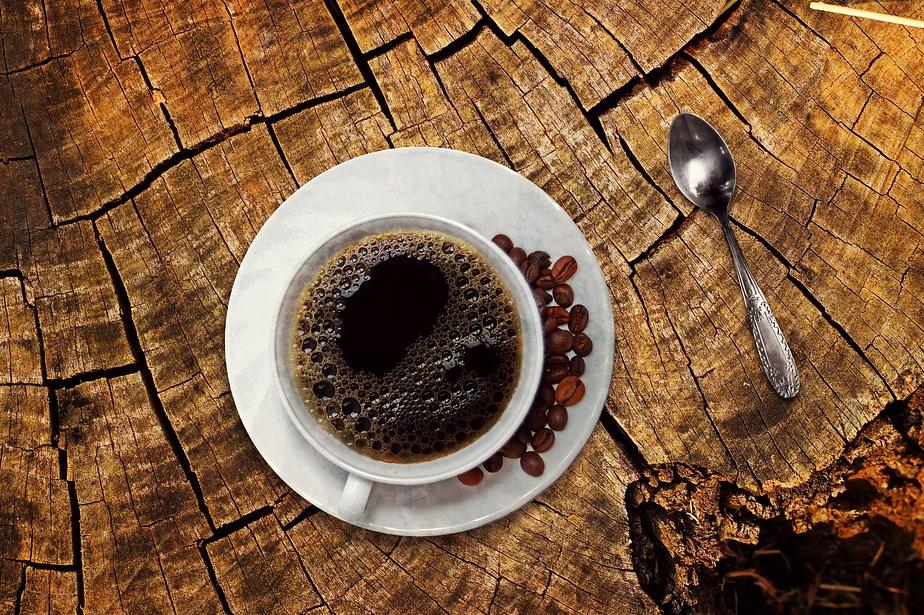 कॉफी ना पिएं-खाना खाने के बाद लोगों को कैफीन लेने की हुड़क उठती है. ऐसा करने से आपके पेट में गैस्ट्रिक समस्या हो सकती है. यहां तक की खाना खाने के बाद पानी पीना भी सेहत के लिए हानिकारक है. खाना पचने में दिक्कत होती है.
