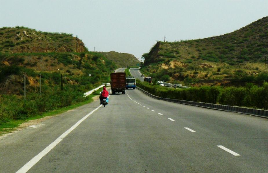 दिल्ली-जयपुर हाइवे- इस रास्ते से होकर गुजरने वाले लोगों ने बताया कि जब वो भानगढ़ किले के पास से होकर गुजरते हैं तब उन्हें अजीब सा अनुभव होता है. इस जगह को लेकर कई डरावने किस्से मशहूर हैं.