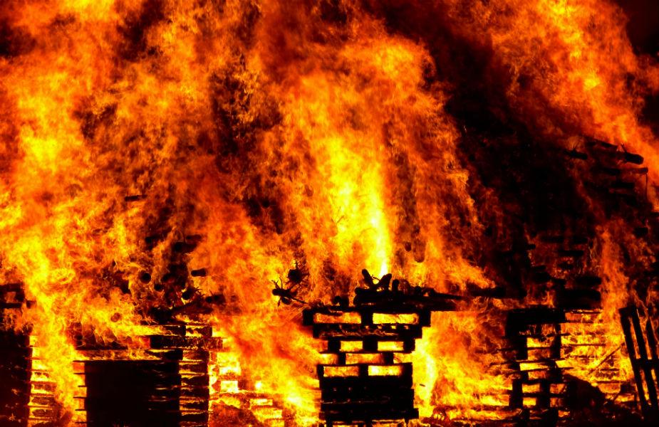 चाणक्य ने कहा कि आग के साथ छेड़छाड़ नहीं करनी चाहिए. अन्यथा अगर ये भड़क जाती है तो आपका सबकुछ स्वाहा हो सकता है. दिया जहां रोशनी देता है वहीँ इसकी लौ आपका सबकुछ भस्म भी कर सकती है.