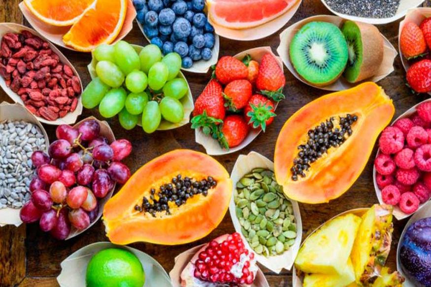 फल और सब्जियों को अपनी डाइट में जरूर शामिल करें. ये आपको किडनी की बीमारियों से बचाते हैं. लेकिन जिन लोगों को पहले से ही किडनी की समस्या है वे अपनी डाइट में कम पोटैशियम वाले खाद्य पदार्थों को शामिल करें जैसे सेब, नाशपाती, पपीता, अमरूद आदि. इससे आपकी शुगर भी नियंत्रण में रहेगी.