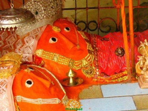 हिंगलाज मंदिर वहां स्थित है जहां देवी सती का सिर गिरा था. इसीलिए मंदिर में माता अपने पूरे रूप में नहीं दिखतीं, बल्कि उनका सिर्फ सिर नजर आता है.