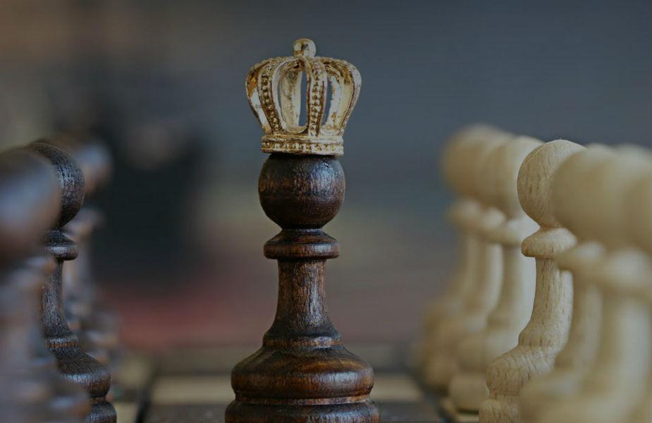 चाणक्य ने कहा कि राजा या उसके परिवार से बात करते समय हमेशा सावधानी बरतनी चाहिए. क्या पता किस बात पर वो आक्रोशित हो जाएं और फिर आपको कई दिक्कतों का सामना करना पड़ सकता है.