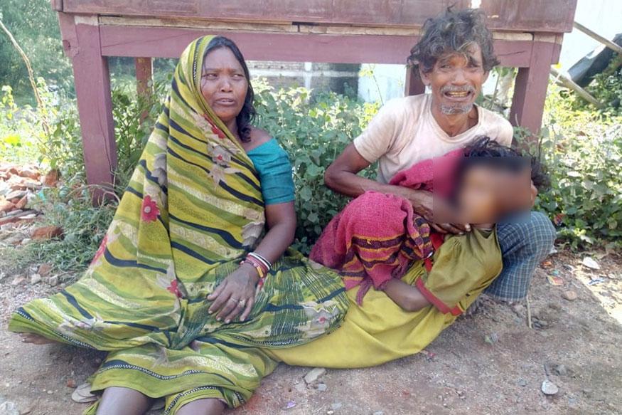 बिहार में जमुई जिले के सिमुलतला थाना इलाके के गादी टेलवा गांव के एक गरीब पिता को अपनी बेटी का शव कंधे पर ढोकर ले जाने को मजबूर होना पड़ा. 12 साल की बच्ची बबीता कुमारी की मौत झाझा रेफ़रल अस्पताल में इलाज के दौरान हो गई थी, लेकिन गरीब पिता के पास उतने पैसे नहीं थे कि वो शव को किसी वाहन से अपने घर ले जाता और न ही अस्पताल से शव ले जाने का एंबुलेंस मिला.