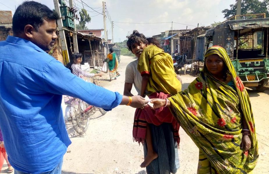 इसके बाद मजबूर गरीब पिता पेजू मोहली अपने कंधे पर लाद कर शव को अपने घर ले गया. जानकारी के अनुसार गादी टेलवा गांव के पेजू मोहली के बेटी बबीता बीते कई दिनों से बीमार थी. ज्यादा तबीयत बिगड़ने पर उसे झाझा रेफ़रल अस्पताल में इलाज के लिए शनिवार को भर्ती कराया गया था. पेजू के मुताबिक उसकी बेटी को डॉक्टरों ने दो टैबलेट खिलाया, कोई इंजेक्शन नहीं लगा. इसके बाद रविवार सुबह वो चल बसी.