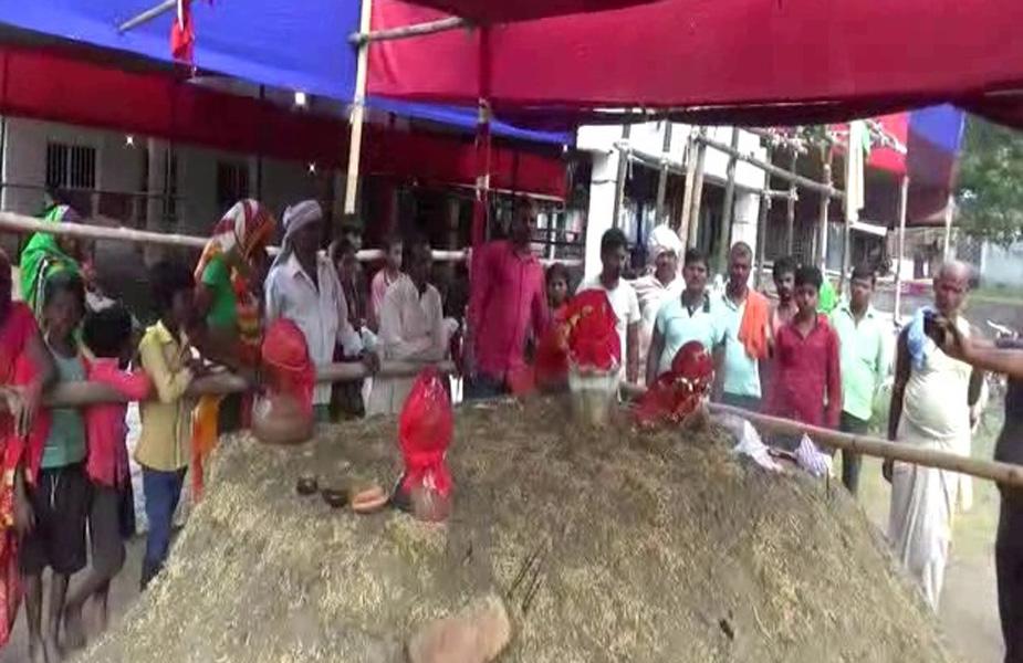 साथ ही मंदिर कमिटी के नेहरु पासवान ने बताया कि इस मंदिर में माँ दुर्गा की कृपा है. हजारों लोग हर वर्ष नेपाल से यहाँ माँ के दर्शन करने आते है इस बार भपेन्द्र की कठिन साधना को देखने के लिए भी लोग दूर दूर से यहाँ आ रहे है..