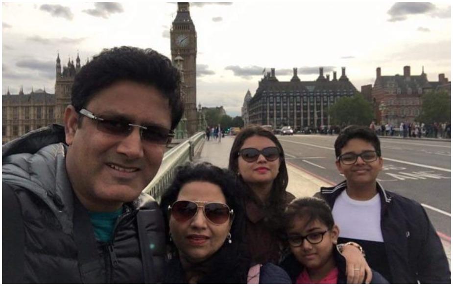 साल 1999 में अनिल कुंबले ने चेतना से विवाह किया था. उन्होंने अपनी पत्नी चेतना की पहली शादी से एक बेटी आरुणी को भी अपनाया और उसकी (आरुणी) की कस्टडी के लिए कुंबले और उनकी पत्नी को सालों कोर्ट के चक्कर काटने पड़े थे. आरुणी के अलावा अनिल और चेतना के दो बच्चे बेटा मयस और बेटी स्वास्ति हैं.