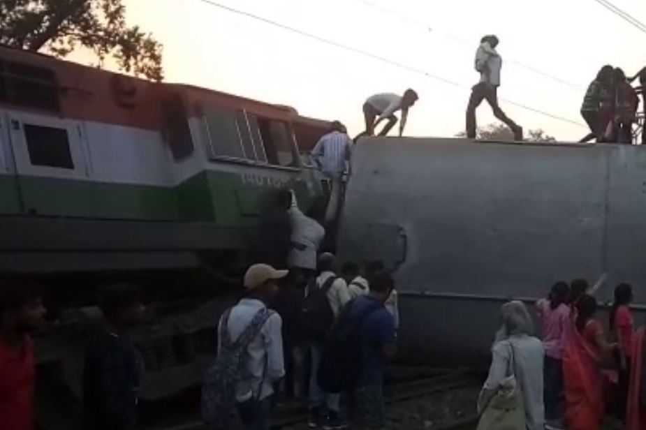 हादसे के बाद रेलवे ने कार्रवाई करते हुए एसीएम आशीष को हटा दिया है. हादसे की जांच चीफ सिक्योरिटी रेलवे को सौंपा गया है. मौके पर रेलवे बोर्ड के चेयरमैन अश्विनी लोहानी भी पहुंचे हैं. हादसे के बाद रेल मंत्री पियूष गोयल ने ट्वीट कर शोक प्रकट किया. Photo: News 18