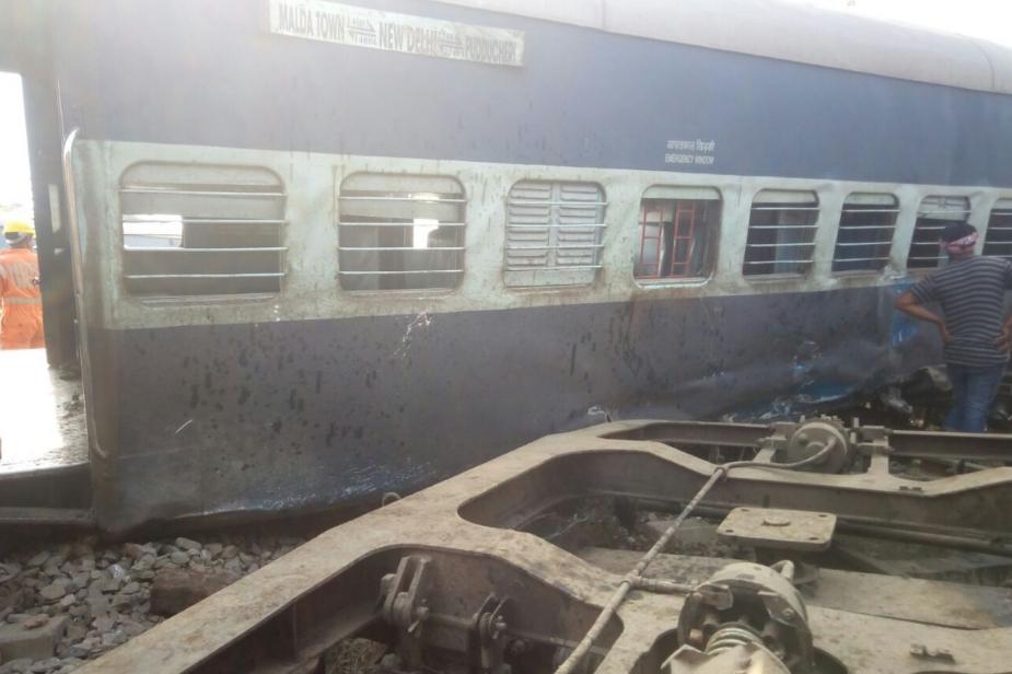 मामले में उत्तर रेलवे के एडीआरएम काजी महाराज अलाम ने बताया कि 14003 न्यू फरक्का एक्सप्रेस बेपटरी हुई है. इसके लिए रेलवे ने हेल्पलाइन नंबर जारी कर दिया है. दीनदयाल उपाध्याय जंक्शन (मुगलसराय) का हेल्पलाइन नंबर जारी किया गया है. परिजन BSNL-05412-254145 व रेलवे-027-73677 के नंबर पर सूचना प्राप्त कर सकते हैं. Photo: News 18