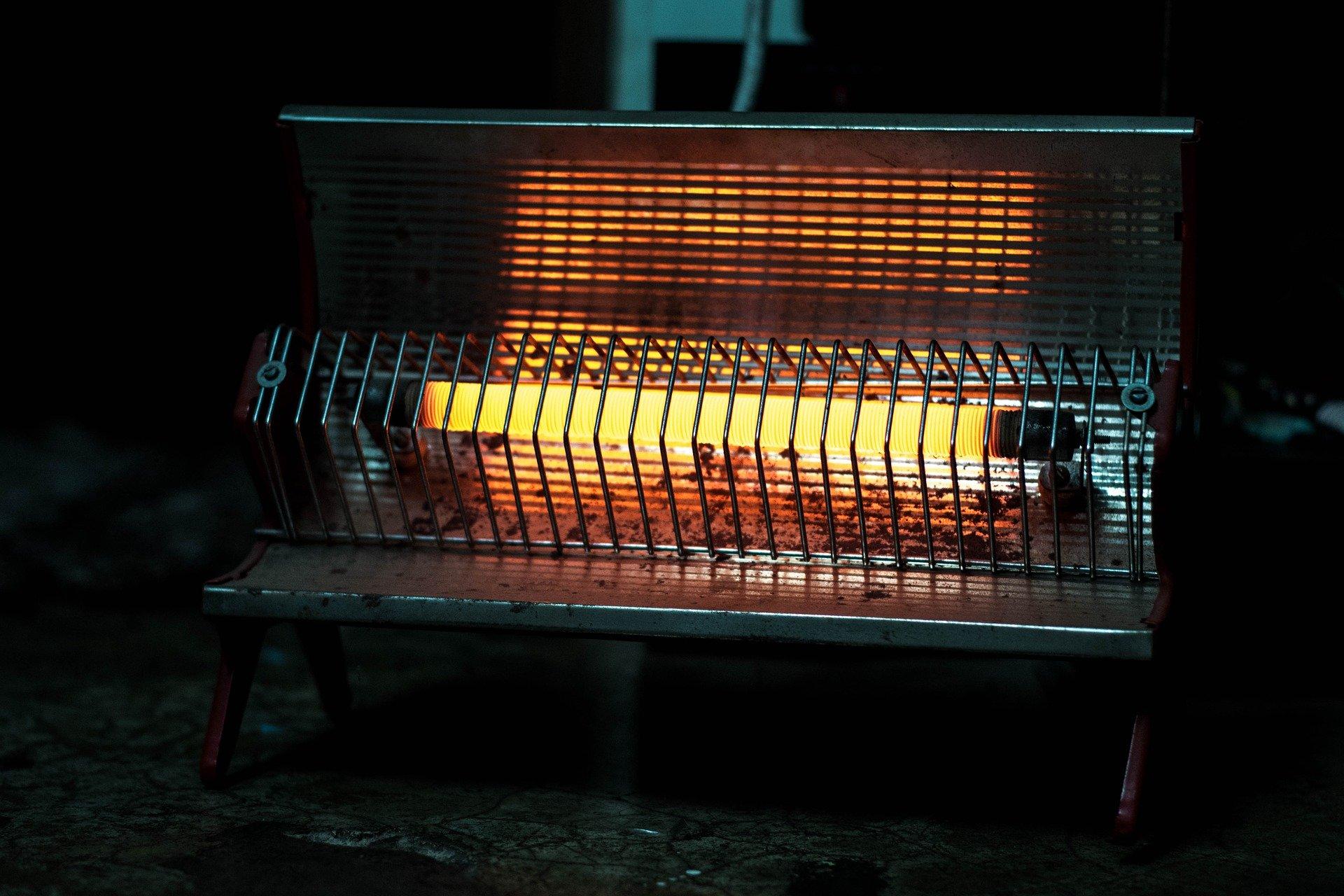 सर्दियों में कमरे को गर्म रखने के लिए रात भर हीटर जलाते हैं. रात भर कमरे में हीटर चलाने से कमरे में ऑक्सीजन की कमी हो जाती है. जब सोने जाएं तो हीटर जरूर बंद कर दें.