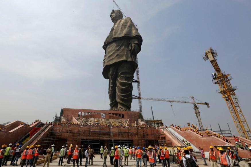 यह दुनिया की सबसे बड़ी मूर्ति है, जिसके सामने 120 मीटर ऊंची चीन वाली स्प्रिंग बुद्ध मूर्ति और 90 मीटर ऊंची न्यूयॉर्क की स्टैच्यू ऑफ लिबर्टी भी बहुत छोटी लगती है. इसकी ऊंचाई है 182 मीटर. इसके लिए भारतीय और चीनी मजदूरों ने मिलकर काम किया.