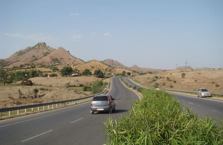 स्टेट हाईवे-NH49, ईस्ट कोस्ट रोड- इस हाईवे को ईस्ट कोस्ट रोड भी कहा जाता है. ये हाईवे पश्चिम बंगाल को तमिलनाडु से जोड़ता है. चेन्नई से पांडिचेरी के बीच के रास्ते को काफी भुतहा माना जाता है. इस रास्ते से गुजरने वाले कई राहगीरों ने बताया कि कई बार उन्हें सफ़ेद साड़ी पहले एक औरत दिखाई दी है.