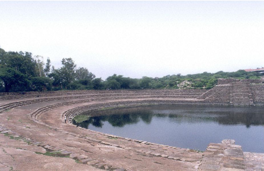 सूरजकुंड झील: यह झील बेहद खूबसूरत है. दिल्ली से केवल 20 किलोमीटर दूर हरियाणा में ये झील है. इसका निर्माण 10वीं शताब्दी में राजा सूरजमल ने करवाया था. साप्ताहिक छुट्टियां बिताने के लिए यह एक बेहतरीन चॉइस है.
